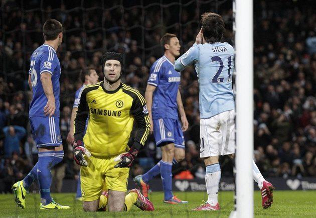 Ani David Silva (vpravu) z Manchesteru City na Petra Čecha (vpředu) nevyzrál.