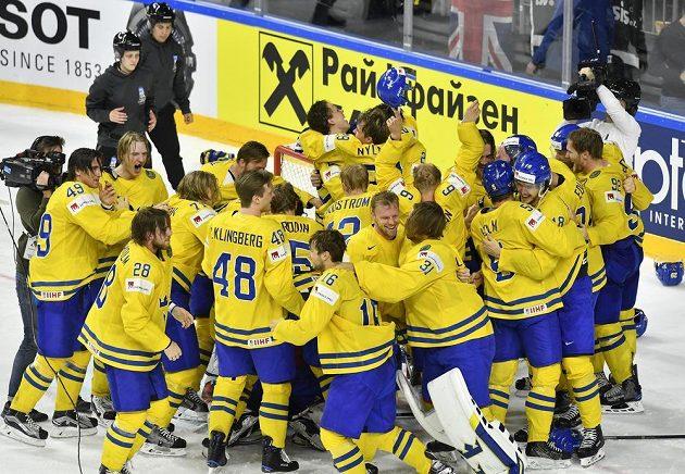 Hokejisté Švédska oslavují titul mistrů světa.