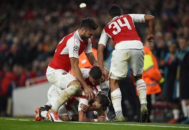 Fotbalisté Arsenalu se radují z gólu Mesuta Özila (na zemi).