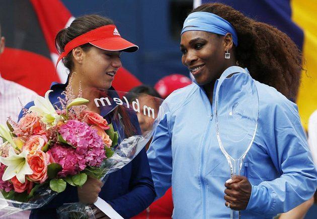 Serena Williamsová (vpravo) z USA s trofejí za triumf v Torontu, vedle její finálová soupeřka Sorana Cirsteaová.