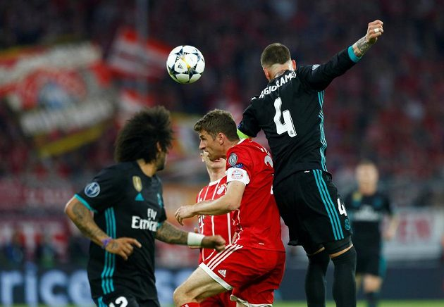 Útočník bayernu Mnichov Thomas Müller v souboji o míč se Sergio Ramosem z Realu Madrid během semifinále Ligy mistrů.