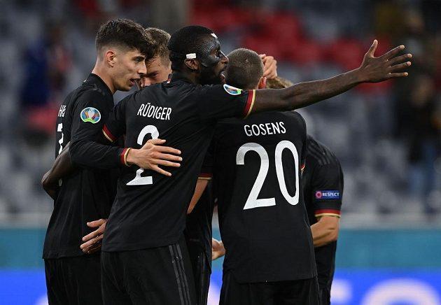 Fotbalisté Německa se radují z branky