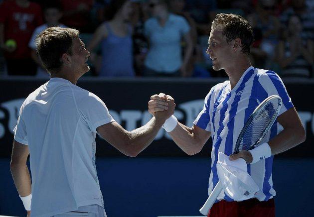 Český tenista Tomáš Berdych (vpravo) si podává ruku po utkání s Kazachem Aleksandrem Nedovjesovem.