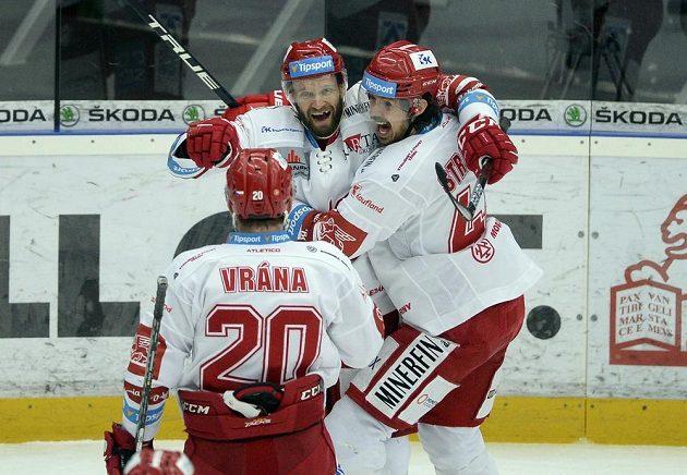 Martin Růžička z Třince (uprostřed) se raduje z gólu.