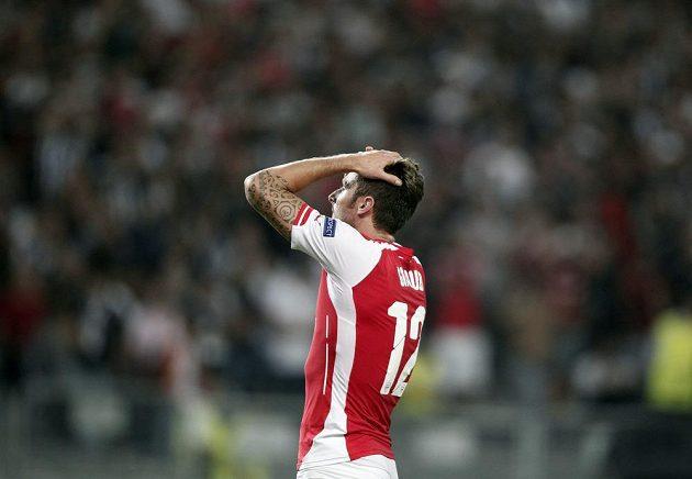 Útočník Arsenalu Olivier Giroud během úvodního utkání play off Ligy mistrů na hřišti Besiktase Istanbul.