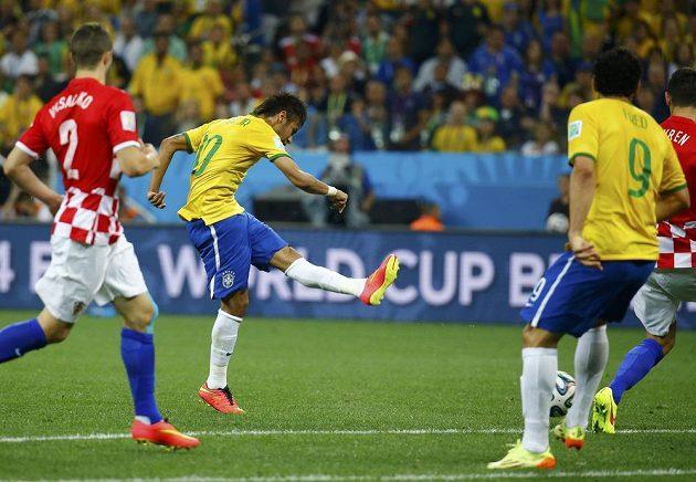Brazilec Neymar (druhý zleva) střílí levačkou gól proti Chorvatsku.