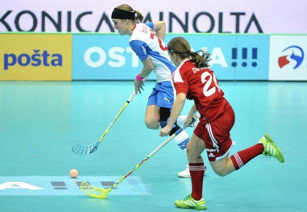 Lucie Paulovičová uniká v souboji o bronz na MS Švýcarce Alexandře Frickové.