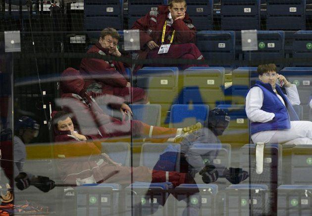 Zdravotníci sledují trénink české reprezentace v Minsk Areně v Minsku před sobotním semifinále mistrovství světa proti Finsku.