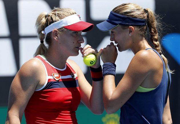 Maďarka Timea Babosová (vlevo) a Kristina Mladenovicová při utkání s Andreou Sestini Hlaváčkovou a Čchan Jüng-žan z Tchaj-wanu.