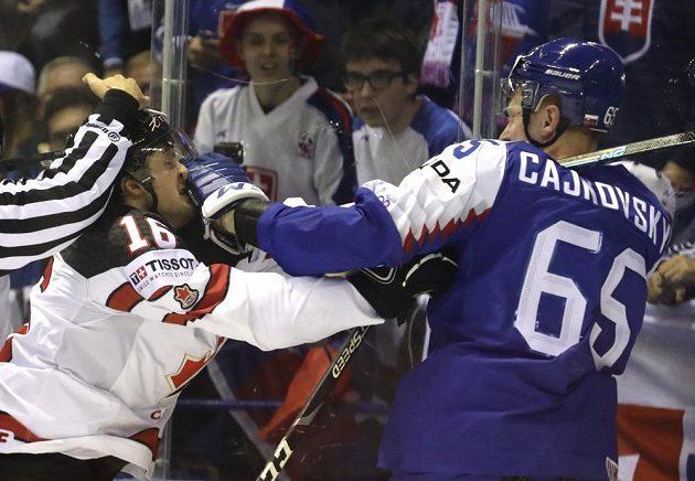 Slovenský zadák Michal Čajkovský v bitce s Kanaďanem Jaredem McCannem.