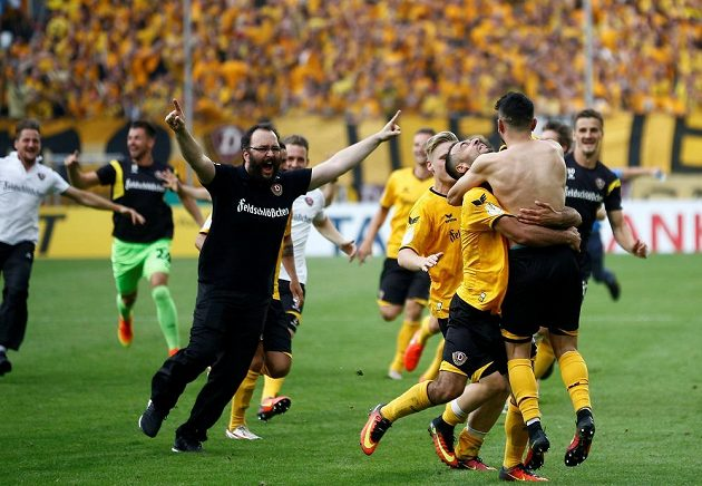 Jdeme dál, navíc přes nenáviděného soupeře. Drážďanská radost po boji s Lipskem. Vepředu vpravo zády autor rozhodující penalty při rozstřelu, Syřan Aias Aosman.
