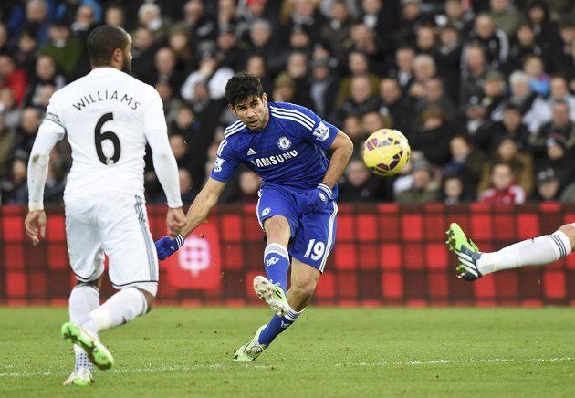 Španělský útočník Diego Costa střílí v utkání proti Swansea.