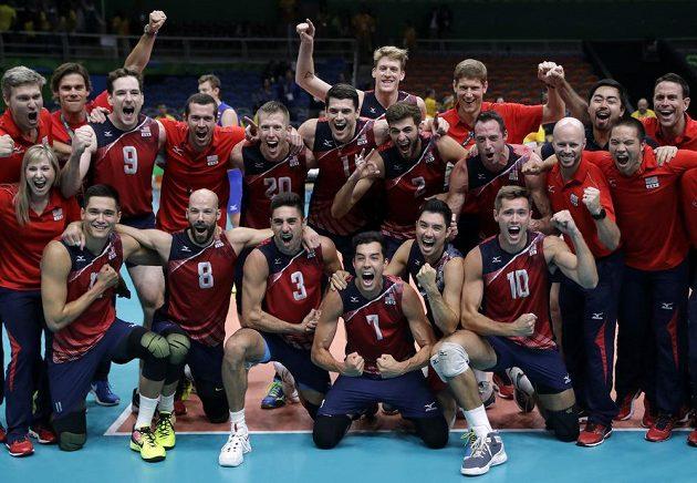 Volejbalisté USA slaví bronz na olympiádě v Riu.