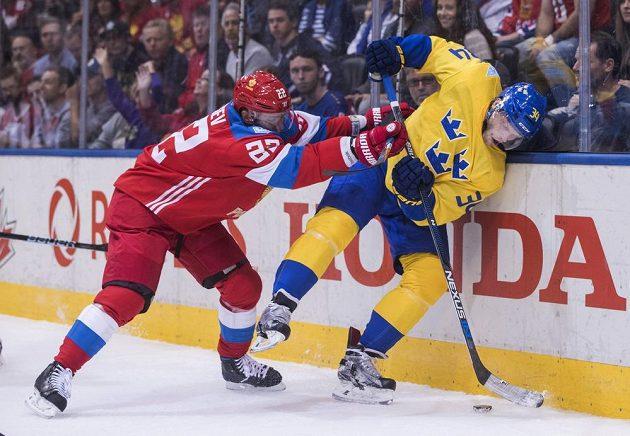 Ruský hokejista Nikita Zajcev (vlevo) atakuje Švéda Carla Söderberga v utkání Světového poháru