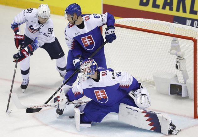Hvězdný americký reprezentant Patrick Kane zkouší vyzrát na slovenského brankáře Patrika Rybára během utkání hokejového mistrovství světa.