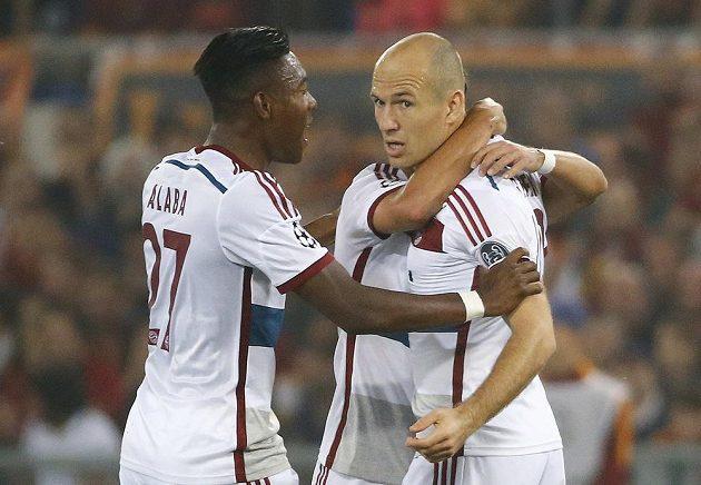 Arjen Robben (vpravo) z Bayernu jásá po prvním gólu proti AS Řím, vlevo David Alaba.