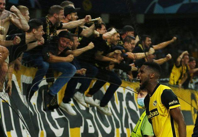 Fotbalista Young Boys Jordan Siebatcheu slaví s fanoušky vítězný gól proti Manchesteru United.