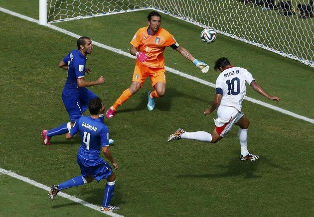 Kostaričan Bryan Ruíz (vpravo) překonává gólmana Itálie Buffona.