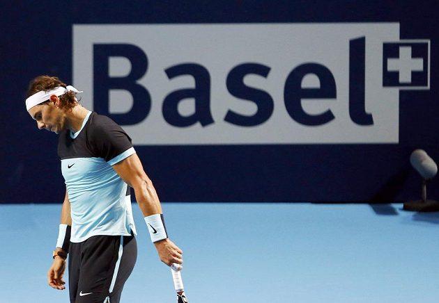 Zklamaný španělský tenista Rafael Nadal během duelu proti Lukáši Rosolovi na turnaji v Basileji.