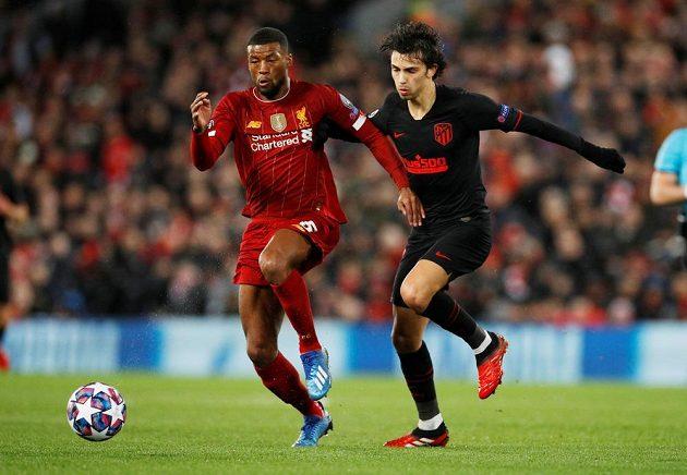 Liverpoolský Georginio Wijnaldum bojuje o míč s Joao Felixem