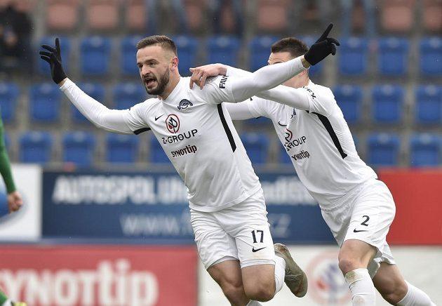 Zleva Tomáš Zajíc a Dominik Janošek ze Slovácka se radují z gólu.