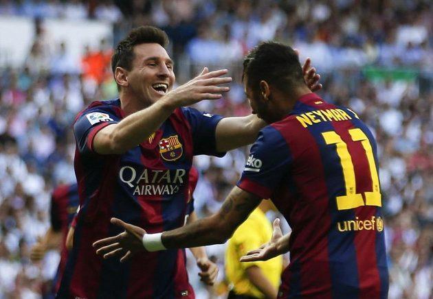 Neymar z Barcelony (vpravo) slaví se spoluhráčem Lionelem Messim gól v síti Realu Madrid.