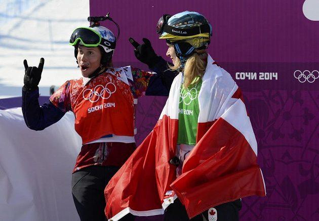 Samková v dobrém rozmaru slaví své zlato se stříbrnou Kanaďankou Dominique Maltaisovou (vpravo).
