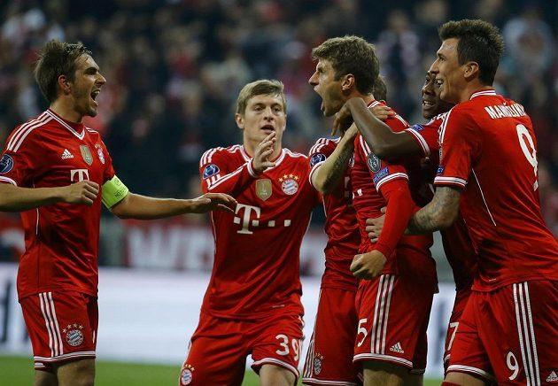 Fotbalisté Bayernu Mnichov se radují z postupu do semifinále Ligy mistrů.