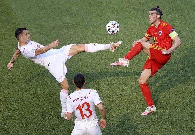 Gareth Bale (vpravo) v zápase proti Švýcarsku.
