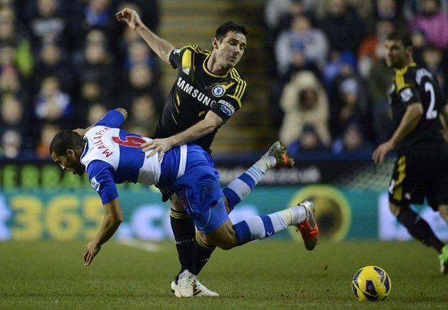 Frank Lampard (druhý zleva) z Chelsea v souboji s Adrianem Mariappou z Readingu.