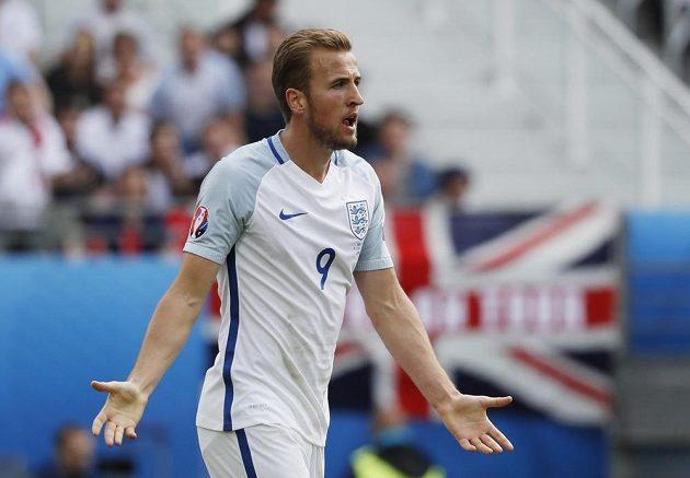 Anglický útočník Harry Kane během duelu s Walesem.