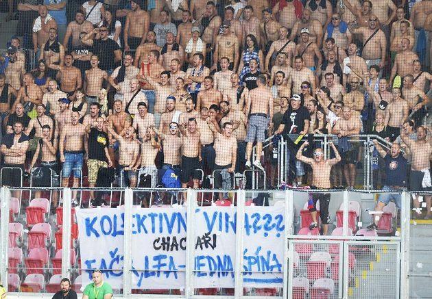 Fanoušci Baníku Ostrava na plzeňském stadiónu a jejich útočné choreo.