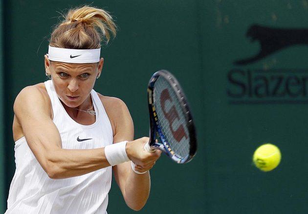 Lucie Šafářová postoupila ve Wimbledonu do osmifinále.