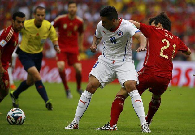 Chilan Gonzalo Jara (18) v souboji se Španělem Davidem Silvou.