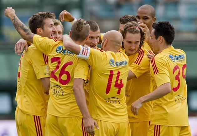 Hráči Dukly se radují z gólu Marka Hanouska (vlevo).