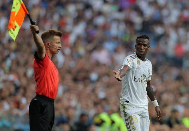 Fotbalista Realu Madrid Vinicius Junior a jeho reakce směrem k rozhodčímu během utkání španělské ligy.