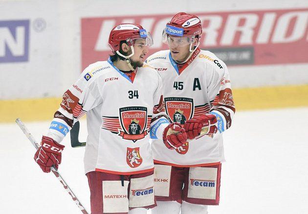 Hráči Hradce Králové, zleva autor první branky Kevin Klíma a jeho spoluhráč Filip Pavlík.
