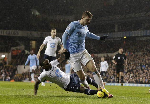 Útočník Manchesteru City Edin Džeko uniká bránícímu Dannymu Roseovi z Tottenhamu.