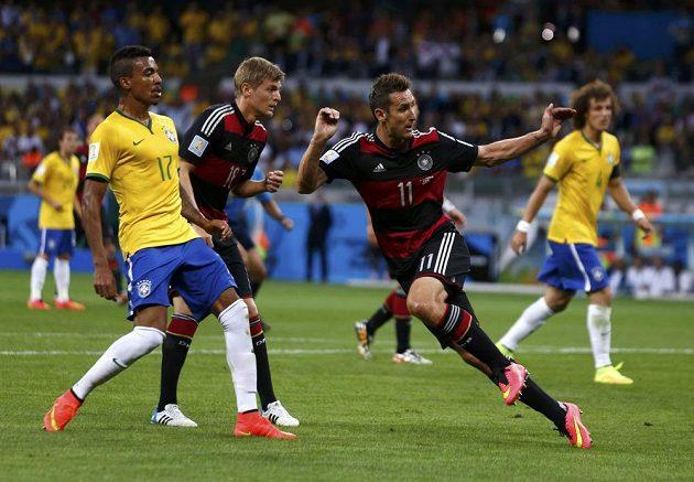 Druhý úder zasadil Brazilcům Miroslav Klose (druhý zprava).