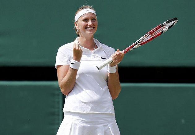 Petra Kvitová se raduje z postupu do finále Wimbledonu po vítězství nad Lucií Šafářovou.