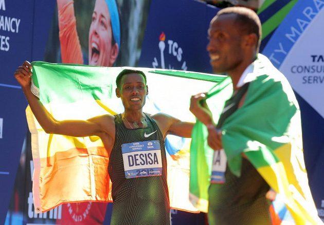 Lelisa Desisa z Etiopie se raduje po triumfu v New Yorku.
