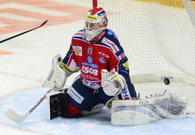 Pardubický brankář Dušan Salfický inkasuje gól na ledě pražské Slavie.