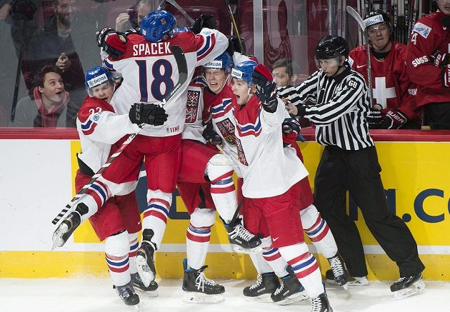 Čeští hokejisté se radují z gólu Filipa Chlapíka proti Švýcarům na MS do 20 let.
