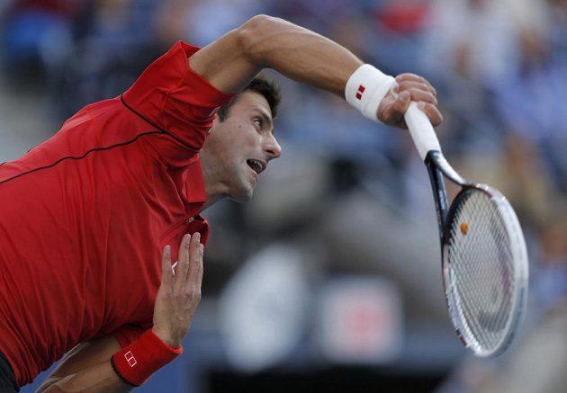 Servírující Novak Djokovič ve finále US Open proti Rafaelu Nadalovi