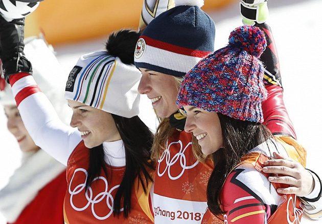 Tři medailistky z olympijského závodu v super-G: (zleva) stříbrná Rakušanka Anna Veithová, zlatá Ester Ledecká a bronzová Tina Weiratherová z Lichtenštejnska.