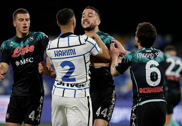 Neapolský Kostas Manolas v konfliktu s Achrafem Hakimim z Interu.