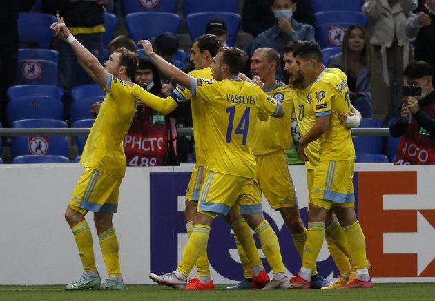 Fotbalisté Kazachstánu slaví gól proti Ukrajině v kvalifikaci o postup na MS.