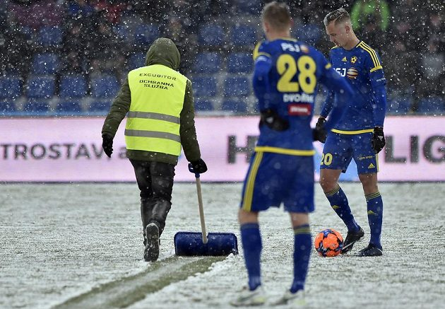 Pořadatelé museli kvůli silnému sněžení několikrát zastavovat hru a čistit čáry.
