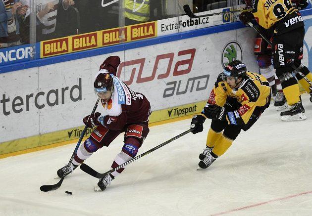 Zleva Andrej Kudrna ze Sparty a Martin Hanzl z Litvínova.