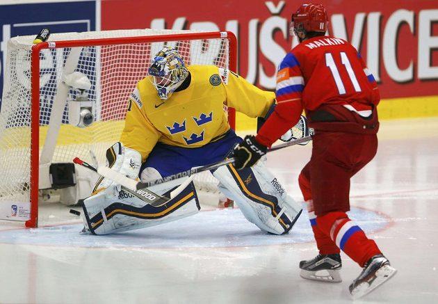 Ruská hvězda Jevgenij Malkin střílí gól švédskému brankáři Jhonasi Enrothovi.